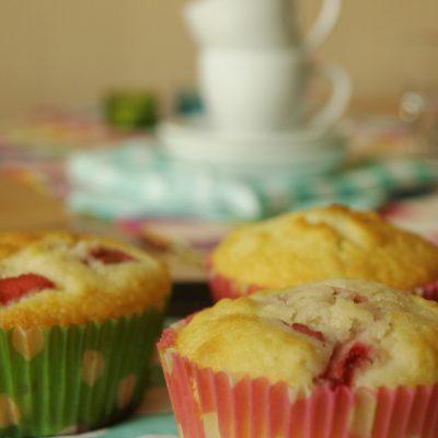 Glutenfria jordgubbs- och rabarbermuffins
