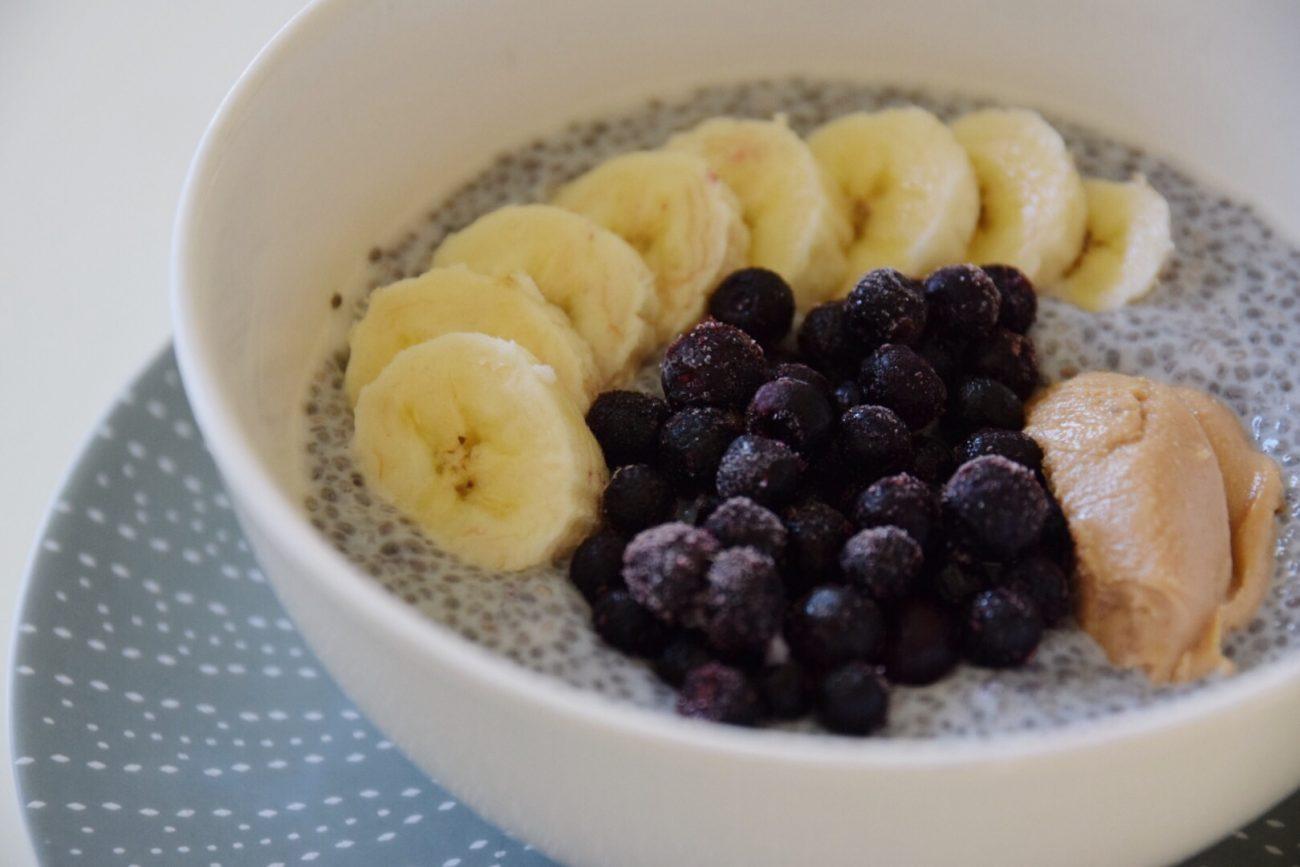 Chiapudding med jordnötssmör, banan och blåbär