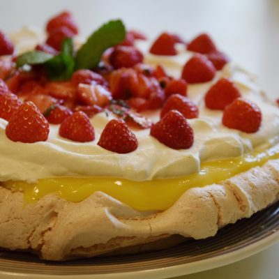 Pavlova med lime, jordgubbar och mynta