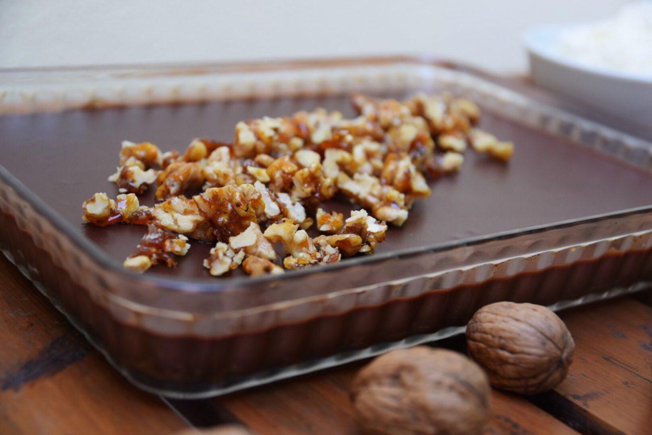 Glutenfri chokladtryffelpaj med pepparkaksbotten och sötsalta kanderade valnötter