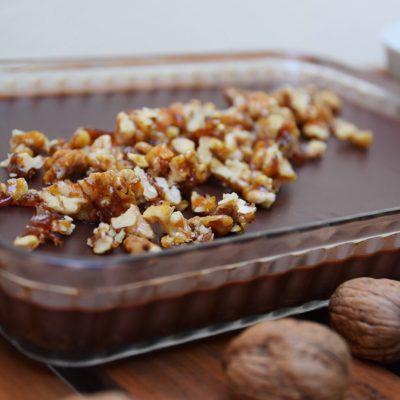 Chokladtryffelpaj med pepparkaksbotten och kanderade valnötter